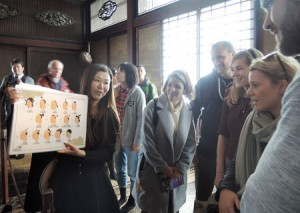 Photo= An interpretation specialist certified by Kyoto City introduces the attractive points of Nijo Castle to foreign tourists during the tour rehearsal (Nakagyo Ward, Kyoto)