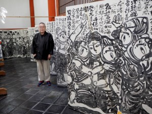 "Photo= Kanransai and his 28-meter-long masterpiece, ""Hyaku Kannon"" (Jikido Hall, Toji Temple, Minami Ward, Kyoto)"