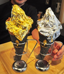 Photo= Two cones of soft serve ice cream topped with gold leaf and silver leaf respectively (Hakusho Kin to Gin, Sakyo Ward, Kyoto)