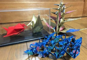 "Photo= ""Karyubin"" which is considered to be the most difficult folding method (back right), Mr. Shigemori's original artworks where a crane and a tortoise sit face to face (back left) and 16 cranes form a diamond shape (front)"