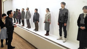 Photo= Participants in the display case are viewed with appreciation (Kyoto Municipal Museum of Art, Sakyo Ward, Kyoto)