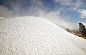 Photo= A staff member distributing artificial snow along the slope to prepare for the resort's opening (December 7, Hakodateyama Ski Resort, Imazu-cho, Takashima City, Shiga Prefecture)