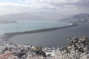 Photo= The entire Amanohashidate area is lightly dusted with snow that had been falling since the previous night (8:45 a.m., December 12, viewed from Kasamatsu Park, Ogaki, Miyazu City, Kyoto Prefecture)