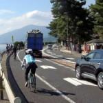 Photo= People enjoying cycling along the Lake Biwa coast. Coexistence between cars and bicycles has become an issue (Ukawa, Takashima City, Shiga Prefecture)