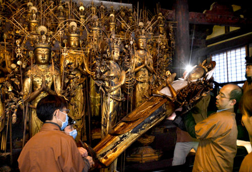 Photo= After being repaired, Mokuzo Senju Kannon Ryuzo are carried to the tiered stand (December 22, Sanjusangen-do Hall, Higashiyama Ward, Kyoto)