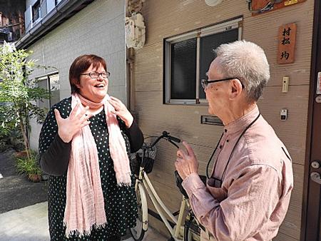 Photo= Nina Hakkarainen (left), a Finnish woman, talking with her neighbor. She has integrated into the local community = Kamigyo Ward, Kyoto