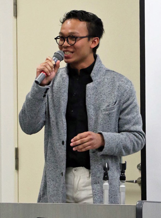 Photo= A presenter introduces a Japanese song after his speech (Palette Joyo, Terada, Joyo City, Kyoto Prefecture)