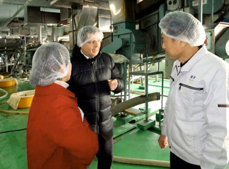 Photo= In a project conducted by JETRO Kyoto, Kitagawa Honke representatives explain the sake brewing process to a man from a food consulting company in Australia (middle) = Fushimi Ward, Kyoto