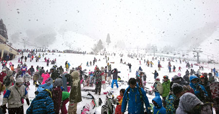 Photo= On February 11, amid a consecutive holiday weekend, the ski slopes are thronged with over 6,400 people (Kozuhara, Maibara City, Shiga Prefecture) Photo courtesy of Okuibuki Ski Resort