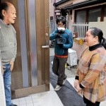 Photo= Filming a video scene imagining a foreigner stopping by to greet a neighbor (Kamigyo Ward, Kyoto)
