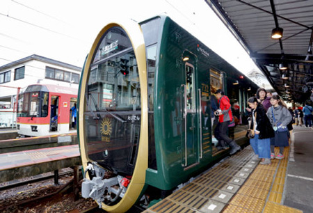 "Photo= Passengers boarding the first ""Hiei"" train (12:12 p.m., March 21, Eizan Railway's Demachiyanagi Station, Sakyo Ward, Kyoto)"