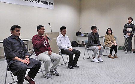 Photo= After giving speeches in Japanese, foreign participants receive questions from the audience (Shokado Garden Art Museum meeting hall, Yawata, Yawata City)