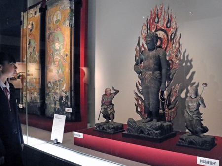 Photo= The statues of the Fudo triad that are usually enshrined in Kannon-do Hall of Byodo-in Temple, the Zushi Tobirae painted doors and other items are displayed in a special exhibition (Museum Hoshokan, Byodo-in Temple, Uji, Uji City, Kyoto Prefecture)
