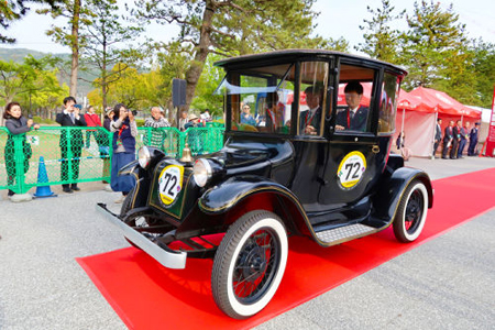 "Photo= A ""Detroit"" model electric car is driven during a car race project (Okazaki Park, Sakyo Ward, Kyoto)"