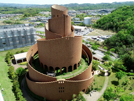 "Photo= Seen from the sky, the rather complex shape of ""Tatsuta Tower Kizugawa City"" particularly stands out (April 26, Kunimidai, Kizugawa City, Kyoto Prefecture) = shot via drone"