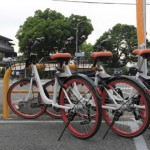 Photo= Specialized bicycles are lined up for the share cycle service which started from June (Kitayama-ohashi Nishizume, Kita Ward, Kyoto)