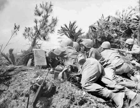 Photo= US marine soldiers firing at the hill of Shuri. The diary the soldier wrote stopped around this time when the attack on Shuri escalated. (Okinawa Prefectural Archives' Collection)