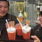 Photo= Shohei Nakagawa (left) and his mother, Mariko Nakagawa, hold their granita that won an Italian competition = Ukyo Ward, Kyoto