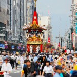 Photo= Floats proceeding along Shijo-dori Street as the Gion Festival begins (9:26 a.m., July 17, Shimogyo Ward, Kyoto)