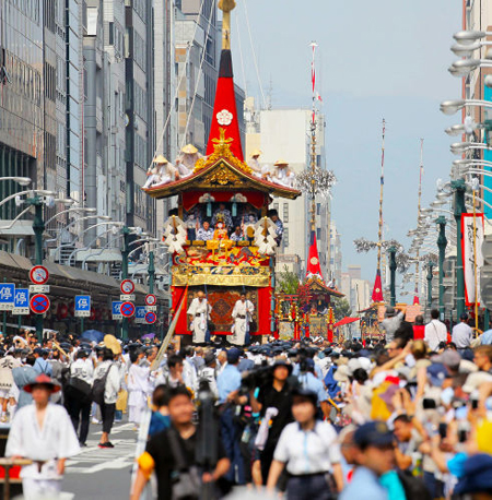 Photo= Floats proceeding along Shijo-dori Street as the Gion Festival begins (9:26 a.m., July 17, Shimogyo Ward, Kyoto)