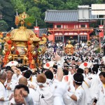 "Photo= The portable shrines depart from Yasaka Shrine to parade around Kyoto City after the performance of ""Sashiage"" and ""Sashimawashi"" (6:39 p.m., July 17, Higashiyama Ward, Kyoto)"
