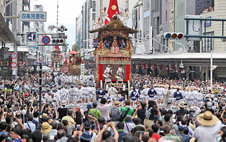 "Photo= The float procession held at ""Saki Matsuri"" of the Gion Festival last year"