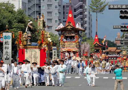 Photo= Floats proceed through Oike-dori Street in the Ato Matsuri procession (9:30 a.m., July 24, Nakagyo Ward, Kyoto)