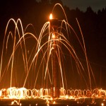 Photo= Burning torches scorch the night sky (August 15, Hanase Yamasu-cho, Sakyo Ward, Kyoto)