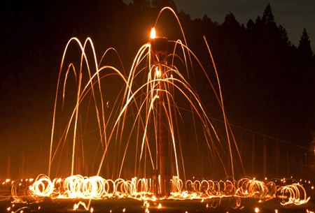 Photo= Burning torches scorch the night sky (August 15, Hanase Yamasu-cho, Sakyo Ward, Kyoto)