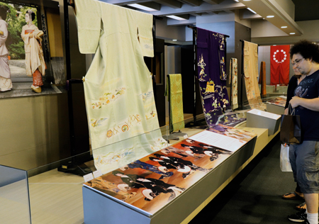 Photo= Visitors compare the differences in kimono worn by Geiko and Maiko (Kyoto Museum of Traditional Crafts, Fureaikan, Sakyo Ward, Kyoto)