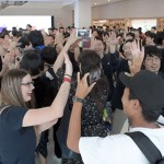 Photo= Slapping high fives with shop assistants, customers taking videos on their iPhones enter the store (August 25, Shimogyo Ward, Kyoto)