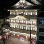Photo= The Minamiza Theatre illuminated by warm, white lights (7:35 p.m., October 9, Higashiyama Ward, Kyoto)