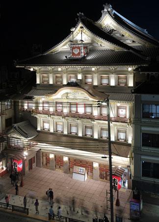 Photo= The Minamiza Theatre illuminated by warm, white lights (7:35 p.m., October 9, Higashiyama Ward, Kyoto)