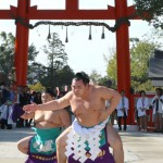 Photo= Kakuryu, the 71st grand champion sumo wrestler, performs the flying dragon style for the ring-entering ceremony (9:03 a.m., October 17, Kamigamo Shrine, Kita Ward, Kyoto)