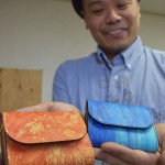 Photo= The compact wallets made by Kyoto-based craftsmen of dyeing and leather goods. Shibori tie-dyed deer leather is used on their surface (Nakagyo Ward, Kyoto)