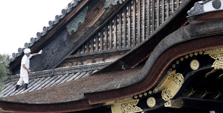 Photo= The roof of Ninomaru Palace where the hollyhock crest decoration trace was found