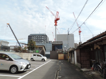 Photo= The Higashikujo area near JR Kyoto Station is forested with cranes for hotel construction