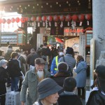 Visitors to Goou Shrine made long lines stretching outside of the grounds and security guards were even hired temporarily (January 4, Kamigyo Ward, Kyoto)