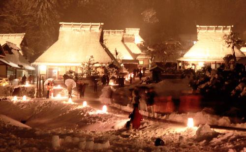 Illumination fantastically reveals privately-owned Kayabuki houses (6:30 p.m., January 26, Kayabuki-no-sato, Miyama-cho Kita, Nantan City, Kyoto Prefecture)