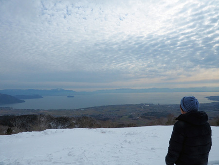 """Biwako-no-Mieru-Oka"" where visitors can get a full view of Lake Biwa and the opposite shore beyond the snow-covered landscape (Hakodateyama Ski Resort, Hiokimae, Imazu-cho, Takashima City, Shiga Prefecture)"