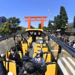 A Sky Hop Bus Kyoto circles around tourist spots under the blue sky (11:53 a.m., April 13, in front of the great Torii Gate of Heian Jingu Shrine, Sakyo Ward, Kyoto)