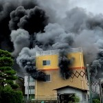 Thick smoke billows out of Kyoto Animation's studio (Momoyama-cho, Fushimi Ward, Kyoto = courtesy of a reader)