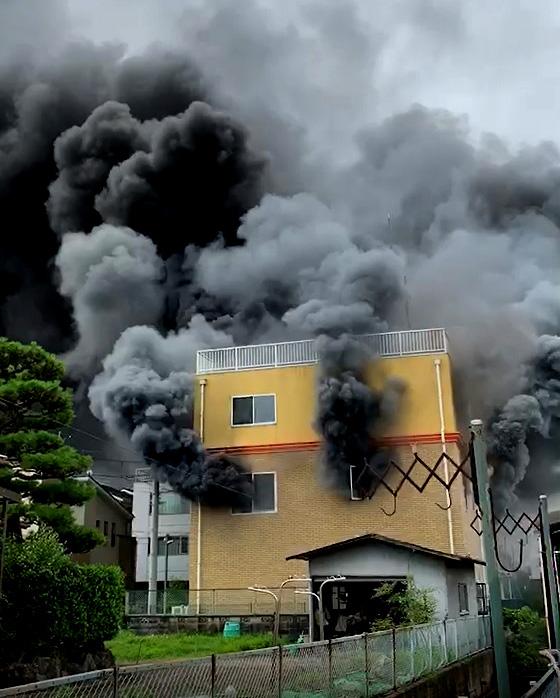 Thick smoke billows out of Kyoto Animation's studio (Momoyama-cho, Fushimi Ward, Kyoto = courtesy of a reader)