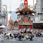 "As many people watched, the leading ""Naginata Hoko"" float and other Yamahoko floats lined up (July 17, Shijo-dori Kawaramachi, Shimogyo Ward, Kyoto)"