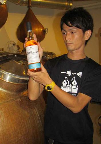 "Yahisa holding ""AMAHAGAN"" (Nagahama Distillery, Asahi-cho, Nagahama City, Shiga Prefecture)"