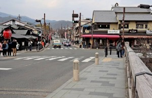 Togetsu-kyo Bridge and Arashiyama Shopping District are quiet. Reportedly, there has been a decrease in not only Chinese tourists, but also Westerners and Japanese ones, too (February 3, Ukyo Ward, Kyoto)