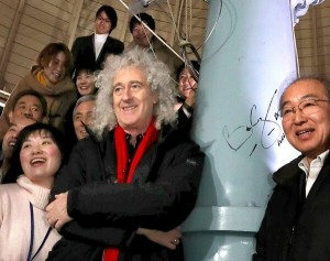 Brian May (center) taking a commemorative photo in front of the 45-centimeter refracting telescope which he autographed = 7:04 p.m., February 27, Kwasan Observatory of the Graduate School of Science, Kyoto University, Yamashina Ward, Kyoto