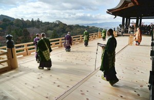 Ceremony held on the new temple terrace to celebrate the completion of its renewal (10:15 a.m., December 3, Kiyomizu-dera Temple, Higashiyama Ward, Kyoto)